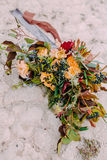 Piękny ślubny bukieta składać się z różni kwiaty kłama na ziemi w parku Wiązka kwiaty Zdjęcia Royalty Free