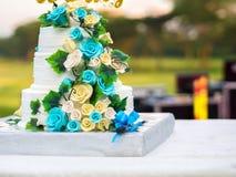 Piękny ślubny tort z błękitnymi i żółtymi różami Zdjęcia Stock