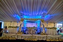 Piękny ślubu i wydarzenia ustawiania wysokości stół z białymi kwiatami Obraz Stock