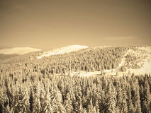 Piękny śnieżny zima krajobraz w halnym ośrodku narciarskim, retro sepiowy styl Zdjęcie Royalty Free