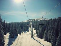 Piękny śnieżny zima krajobraz w halnym ośrodku narciarskim, retro styl obraz royalty free