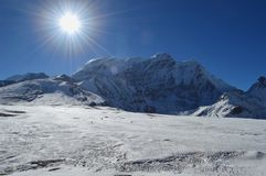 Piękny śnieg zakrywał himalaje światło słoneczne z niebieskim niebem, SIKKIM, ind zdjęcia stock
