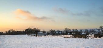 Piękny śnieg zakrywający wschód słońca zimy wiejski krajobraz obrazy stock