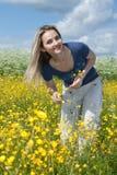 piękny śródpolny kwiatu dziewczyny kolor żółty Obraz Royalty Free