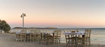 Piękny środowisko z Grecką tawerną przy Paros wyspą przygotowywającą witać lokalnych ludzi i turystów dla gościa restauracji Zdjęcia Royalty Free