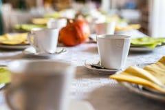 Piękny świąteczny obiadowego stołu kolorowy żółty spadek helloween dyniowych dekoracja kawowych kubków spodeczków talerze i łyżki Zdjęcia Royalty Free