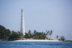 Piękny światło białe dom i niebieskie niebo, morze, z tropikalnymi roślinami Obrazy Royalty Free