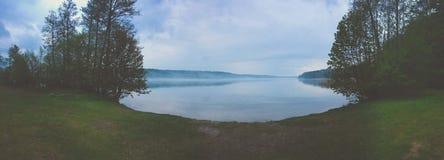 piękny światło słoneczne w wiośnie podczas lasowego spaceru przy jeziorem si Obrazy Stock