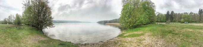 piękny światło słoneczne w wiośnie podczas lasowego spaceru przy jeziorem si Fotografia Royalty Free