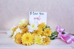 Piękny żółty chryzantema bukiet z kocham ciebie karcianego Zdjęcia Stock
