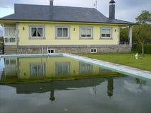 Piękny żółty rodzina dom z basenem i ogródem obraz stock