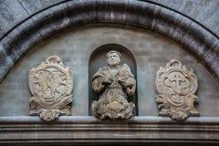 Piękny żakiet ręki i statua na dziejowym starym budynku fotografia royalty free