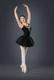 Piękny żeński baletniczy tancerz na popielatym tle Fotografia Royalty Free