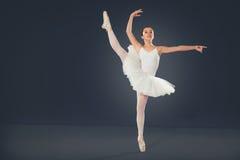 Piękny żeński baletniczy tancerz na popielatym tle Zdjęcie Stock