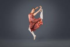 Piękny żeński baletniczy tancerz na popielatym tle Zdjęcia Royalty Free