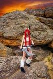 Piękny żeński charakter z dwa kordzikami blisko dużych kamieni Zdjęcie Royalty Free