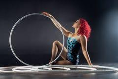 Piękny żeński czerwony włosiany cyrkowy artysta z obręcze zdjęcie stock