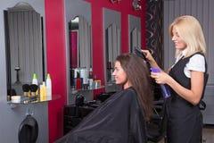 Piękny żeński fryzjer pracuje w piękno salonie Obrazy Royalty Free