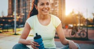 Piękny żeński jogger robi ona biega w zmierzchu Zdjęcie Stock