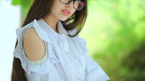 Piękny żeński moda model w lato sukni zdjęcie wideo
