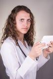 Piękny żeński opieka zdrowotna pracownik używa pastylka komputer obrazy stock
