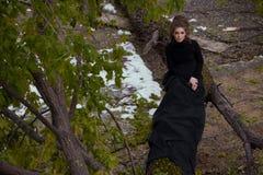 Piękny żeński portret w czerni sukni w lesie Zdjęcie Stock