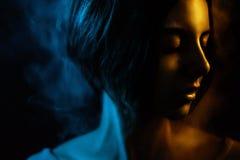 Piękny żeński portret z kolor mgłą fotografia stock