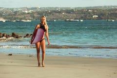 piękny żeński surfingowiec w bikini z surfboard odprowadzeniem fotografia royalty free