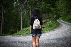 Piękny żeński turysta gubjący w lesie zdjęcia stock