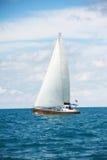 Piękny żeglowanie jacht w słonecznym dniu Obrazy Stock
