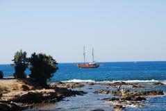 Piękny żeglowanie statek w błękitnym morzu fotografia royalty free