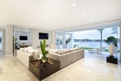 Piękny żywy pokój otwarty jard Zdjęcia Stock