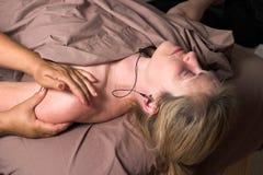 piękny 27 kobieta odbiorcza masaż. Fotografia Royalty Free