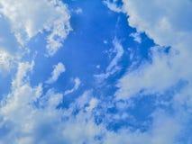 Piękny abstrakcjonistyczny niebieskie niebo i krajobrazowy tło tapeta i obrazy royalty free