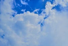 Piękny abstrakcjonistyczny niebieskie niebo i krajobrazowy tło tapeta i zdjęcia royalty free