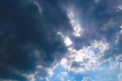 Piękny abstrakcjonistyczny niebieskie niebo krajobrazu tło i tapeta zdjęcie stock
