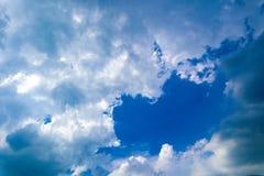 Piękny abstrakcjonistyczny niebieskie niebo krajobrazu tło i tapeta zdjęcie royalty free