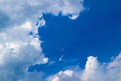 Piękny abstrakcjonistyczny niebieskie niebo krajobrazu tło i tapeta obraz royalty free