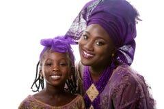 Piękny afrykanina model w tradycyjnej sukni z małą dziewczyną odosobniony Fotografia Royalty Free