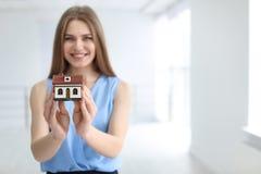 Piękny agent nieruchomości z domu modelem Zdjęcia Royalty Free