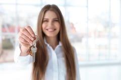 Piękny agent nieruchomości z kluczem Zdjęcie Royalty Free