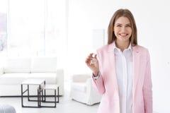 Piękny agent nieruchomości z kluczem Zdjęcia Stock