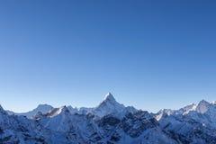 Piękny Ama Dablam szczyt zaświecał pierwszy promieniami Zdjęcia Stock
