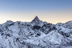 Piękny Ama Dablam szczyt zaświecał pierwszym Obrazy Royalty Free