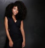Piękny amerykanin afrykańskiego pochodzenia dziewczyny pozować Zdjęcia Stock