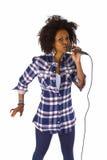 Piękny amerykanin afrykańskiego pochodzenia kobiety karaoke piosenkarz Obrazy Royalty Free