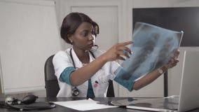Piękny amerykanin afrykańskiego pochodzenia opieki zdrowotnej pracownik z promieniowaniem rentgenowskim, medyczny międzynarodowy  zdjęcie wideo