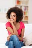 Piękny amerykanin afrykańskiego pochodzenia z afro fryzurą Fotografia Stock