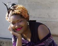 Piękny amerykanin afrykańskiego pochodzenia Z zabójcy uśmiechem Zdjęcia Stock