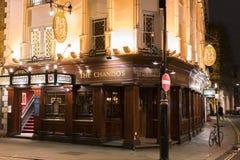 Piękny Angielski pub Chandos w Londyńskim St oknówek pasie ruchu Londyn UK Zdjęcie Royalty Free
